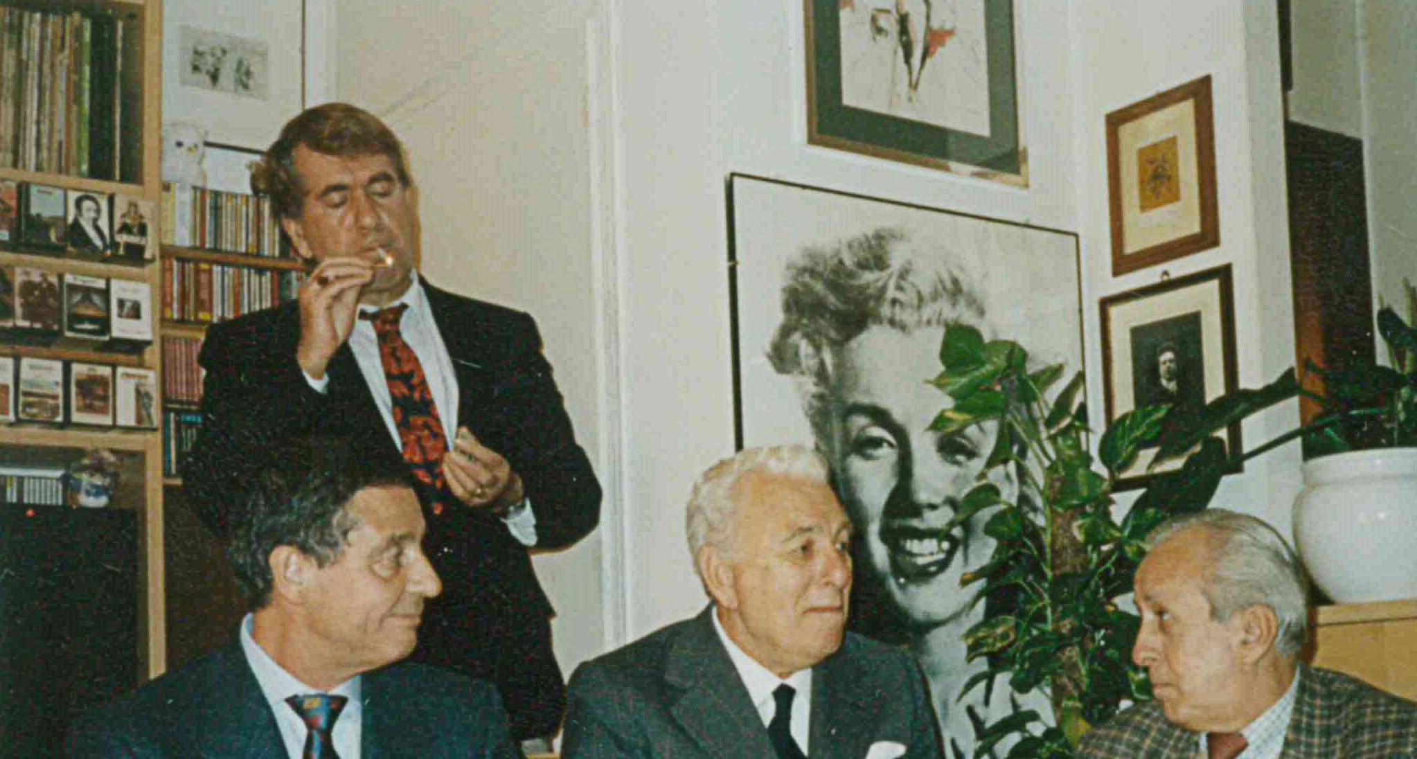 Foto di Maria Luisa Meoni, Siena, 1989 (Archivio Fortini, fondo Carlo Fini); da sinistra: Ruggero Lolini, Attilio Lolini (in piedi), Franco Fortini, Carlo Fini.
