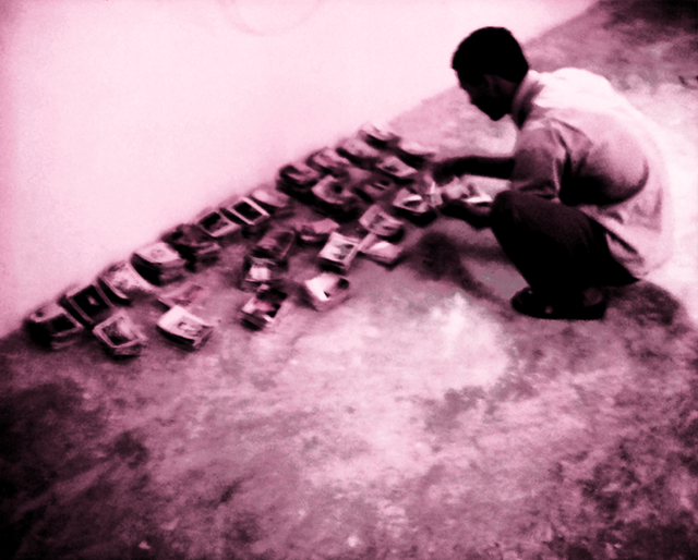 1999, Necessità dei volti, campo profughi di Smara, deserto algerino dall'Hammada, prime catalogazioni dell'archivio fotografico conservato nel Museo Sahrawi della resistenza.